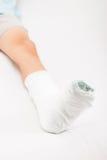 有膏药绷带的小孩男孩在腿脚跟破裂或增殖比 图库摄影