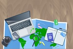 有膝上型计算机、地图、照片照相机和护照顶视图假期计划概念的旅客桌面 免版税库存照片