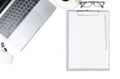 有膝上型计算机、眼睛玻璃、笔记本和一杯咖啡的书桌isol 免版税库存图片
