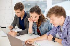 有膝上型计算机、笔记本和片剂个人计算机的学生 库存图片