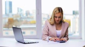 有膝上型计算机、计算器和纸的女实业家 影视素材