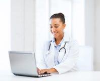 有膝上型计算机个人计算机的女性医生 免版税库存照片