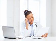 有膝上型计算机个人计算机的女性医生 库存照片