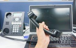 有膝上型计算机举行IP电话的妇女 免版税库存照片