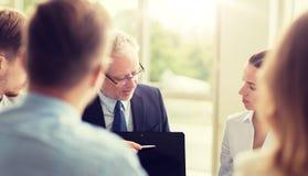 有膝上型计算机会议的商人在办公室 免版税库存图片