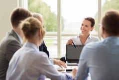 有膝上型计算机会议的商人在办公室 库存照片