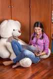 有膝上型计算机和一只白熊的女孩 库存图片