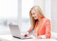 有膝上型计算机和信用卡的女实业家 库存图片