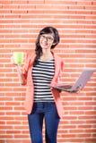 有膝上型计算机和咖啡的亚裔大学生 图库摄影