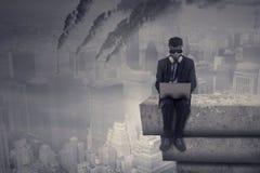 有膝上型计算机和大气污染的工作者 免版税图库摄影