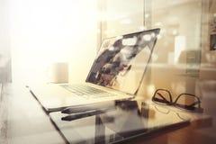 有膝上型计算机和巧妙的电话的办公室工作场所在木桌上 库存照片