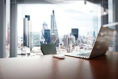 有膝上型计算机和巧妙的电话的办公室工作场所在木桌上 免版税图库摄影