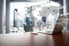 有膝上型计算机和巧妙的电话的办公室工作场所 免版税库存图片