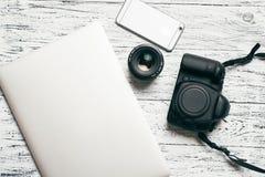 有膝上型计算机和巧妙的电话的,照片照相机工作场所 库存照片