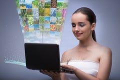 有膝上型计算机和抽象概念自然照片的妇女 皇族释放例证