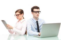有膝上型计算机和数字式片剂的商人 库存照片