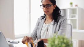 有膝上型计算机和纸的女实业家在办公室 股票视频
