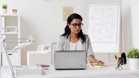 有膝上型计算机和纸的女实业家在办公室 影视素材