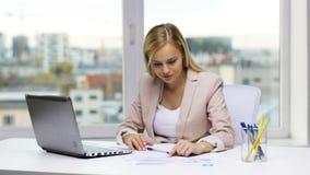 有膝上型计算机和纸的微笑的女实业家 股票视频