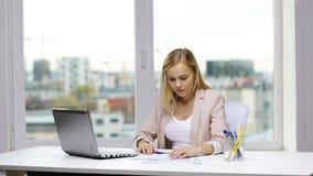 有膝上型计算机和纸的微笑的女实业家 影视素材