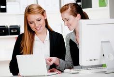 有膝上型计算机和计算机的女实业家 库存照片