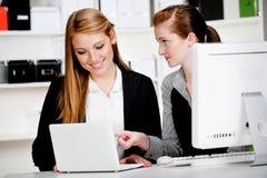 有膝上型计算机和计算机的女实业家 免版税库存照片