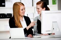 有膝上型计算机和计算机的女实业家 免版税库存图片