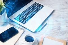 有膝上型计算机咖啡杯的企业工作场所和在屏幕上的安全概念 库存照片