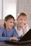 有膝上型计算机的两个男孩 免版税库存图片
