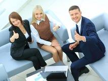 有膝上型计算机的买卖人开会议在办公室 免版税库存照片