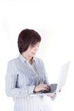 有膝上型计算机的亚裔女商人在白色backgrou 免版税图库摄影