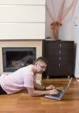 有膝上型计算机的人在楼层上 免版税库存图片