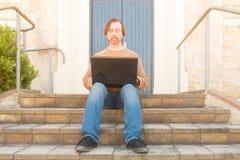 有膝上型计算机的人在步 免版税图库摄影