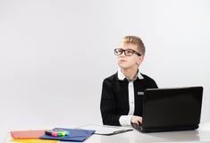 有膝上型计算机的体贴的男孩 免版税库存照片