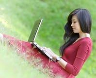 有膝上型计算机的俏丽的妇女 免版税库存图片