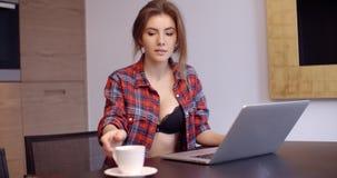 有膝上型计算机的偶然加工好的美丽的女孩 股票视频