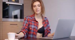 有膝上型计算机的偶然加工好的美丽的女孩 影视素材