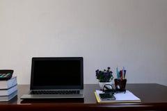 有膝上型计算机的办公桌 库存照片