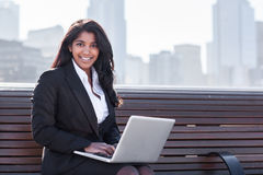 有膝上型计算机的印第安女实业家 免版税库存图片