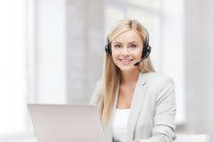 有膝上型计算机的友好的女性热线服务电话操作员 库存图片