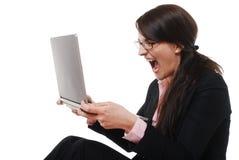有膝上型计算机的叫喊的女实业家 库存照片