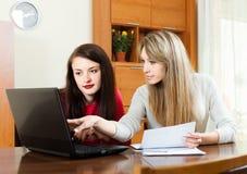 有膝上型计算机的女商人在桌上 免版税库存照片
