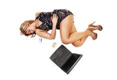 有膝上型计算机的女孩。 免版税库存图片