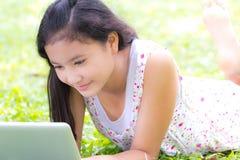 有膝上型计算机的女孩 库存照片