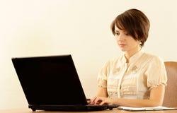 有膝上型计算机的女孩 免版税图库摄影