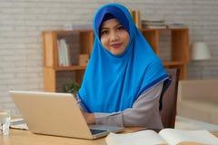 有膝上型计算机的女性穆斯林 库存照片