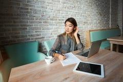 有膝上型计算机的女性经济学家在见面前 免版税库存图片