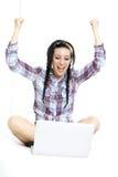 有膝上型计算机的妇女在白色板料在她的床上 图库摄影