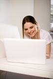 有膝上型计算机的妇女 库存照片