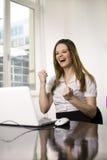 有膝上型计算机的妇女 免版税库存图片